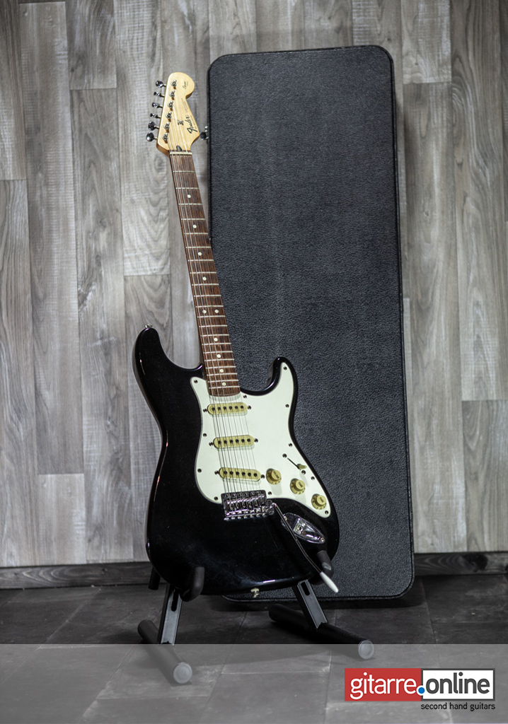 Fender_Stratocaster_Mexico_Squier_Series_Black_front
